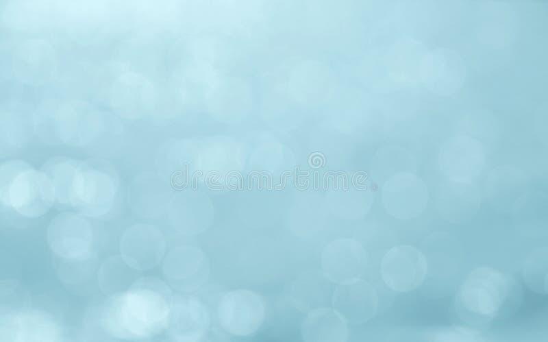 A cor azul abstrata borrou a reflexão da luz/água do bokeh foto de stock royalty free