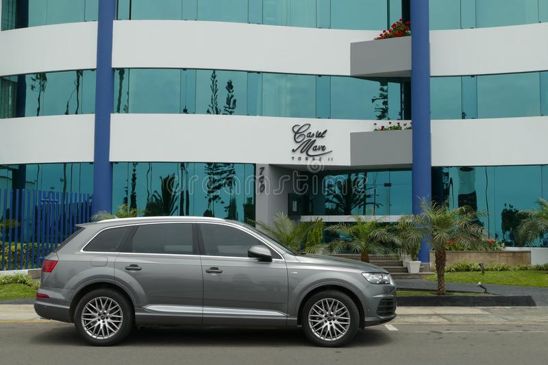 A cor cinzenta BMW X5 estacionou em Miraflores, Lima imagens de stock royalty free