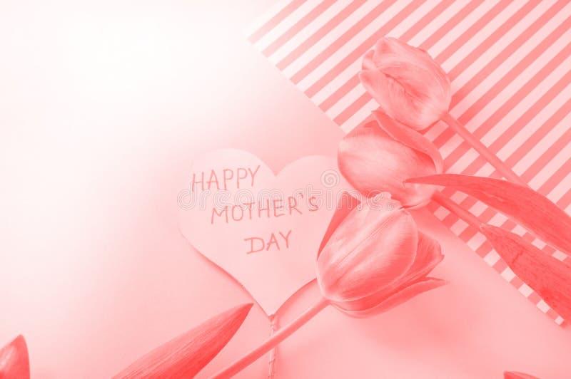 Cor coral de vida do ano 2019 Forma do cora??o feita das flores Valentine' dia de s Paleta de cor forma do amor imagens de stock