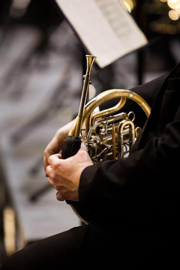 Cor d'harmonie dans les mains d'un musicien dans l'orchestre image stock