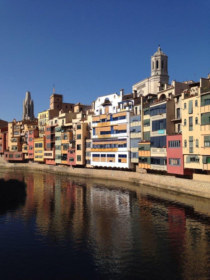 Cor da casa do rio de Girona foto de stock royalty free