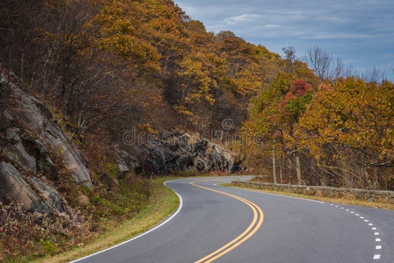 Cor da queda ao longo da movimenta??o da skyline no parque nacional de Shenandoah, Virg?nia foto de stock royalty free