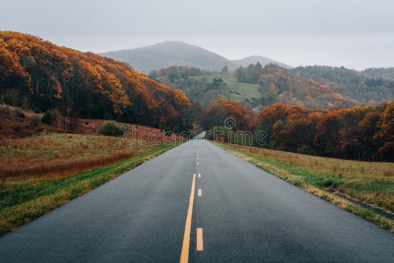 Cor da queda e vista das montanhas ao longo de Ridge Parkway azul em Virgínia foto de stock