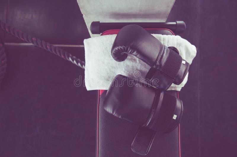Cor de encaixotamento do preto da luva e equipamento de toalha para treinar no gym, vista superior imagem de stock royalty free
