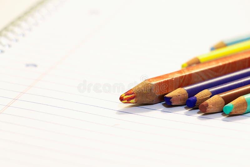 A cor de madeira escreve próximos um do outro em uma folha de papel imagens de stock royalty free