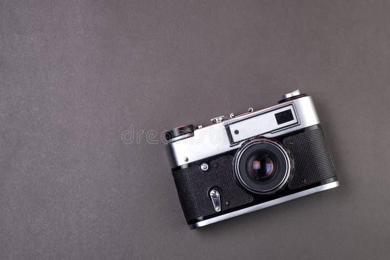 Cor de prata da câmera velha do filme no papel de fundo preto fotografia de stock royalty free