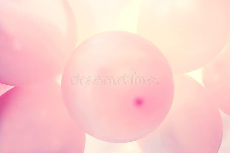 A cor-de-rosa balloons o fundo imagem de stock