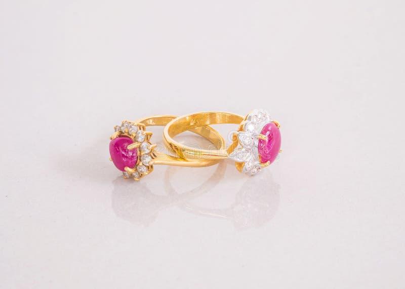 An?is cor-de-rosa bonitos do seixo do close up no fundo de pedra de m?rmore cinzento borrado do assoalho imagens de stock