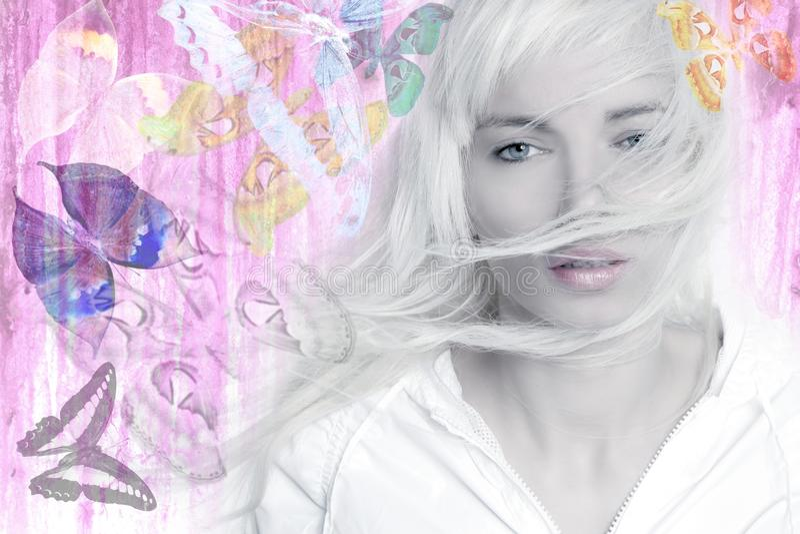 Cor-de-rosa longa das borboletas do cabelo do vento louro da menina fotografia de stock