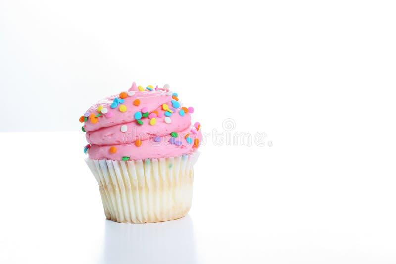 A cor-de-rosa Yummy polvilha o queque foto de stock