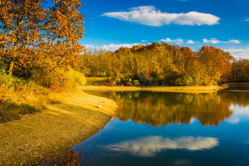 Cor do outono no lago Marburg, parque estadual de Codorus, Pensilvânia fotografia de stock