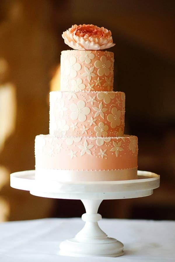 cor do rosa do bolo do casamento multi foto de stock