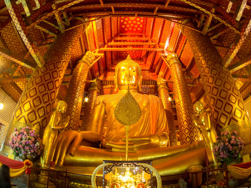 Cor dourada a estátua da Buda no templo de Wat Phanan Choeng, Ayut foto de stock