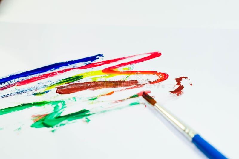Cor e escova de pintura para o trabalho de arte fotografia de stock royalty free