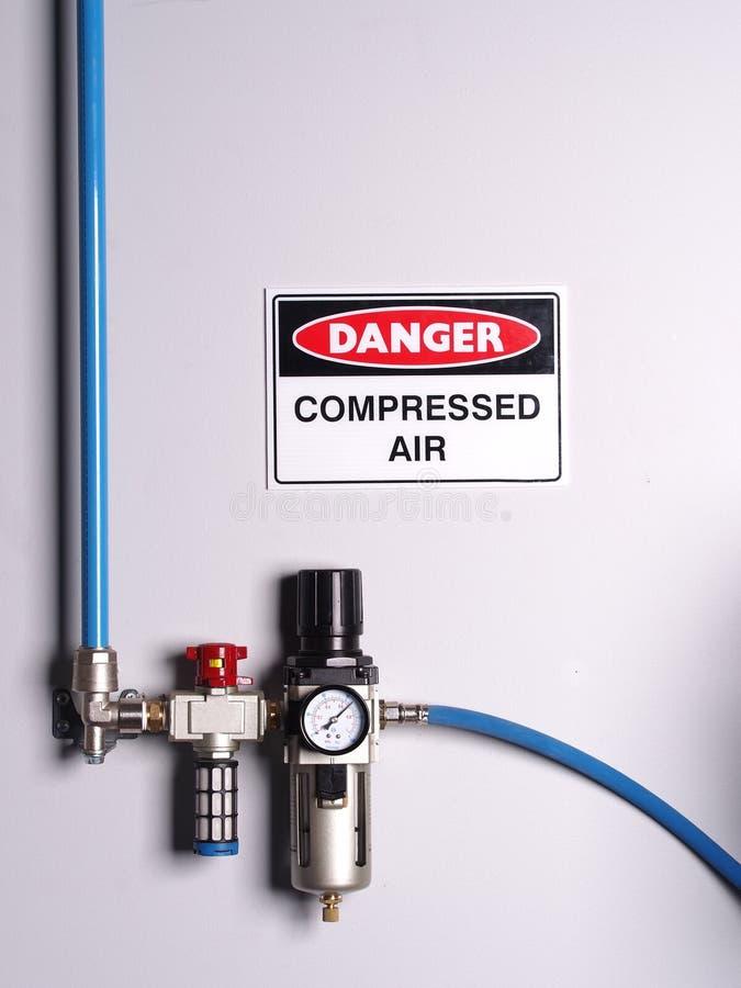 A cor fixa codificou a linha de ar comprimido com o regulador de pressão fotografia de stock