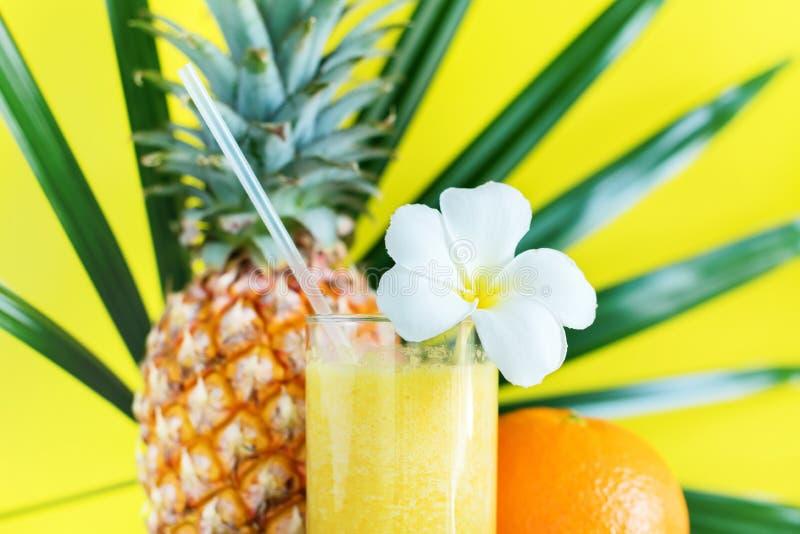 Cor fresca Juice Smoothie Decorated Frangipani fotografia de stock