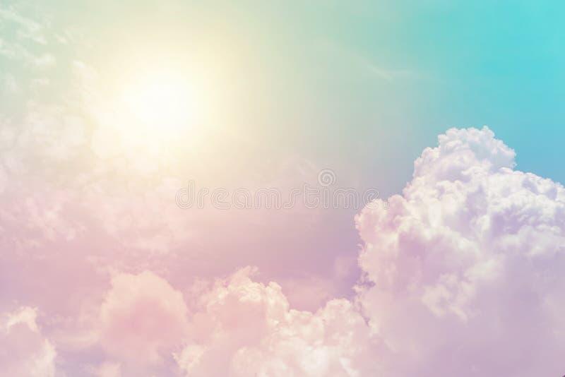 Cor pastel colorida da fantasia ensolarada do céu da nuvem imagens de stock royalty free
