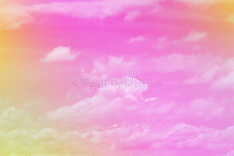 A cor pastel doce coloriu a nuvem e o céu com a luz do sol, brandamente nebulosa com fundo da cor pastel do inclinação Conceito d imagens de stock