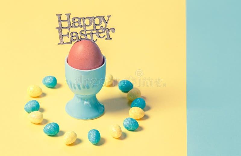 Cor pastel feliz Compositon de Minimalistic da Páscoa fotos de stock royalty free