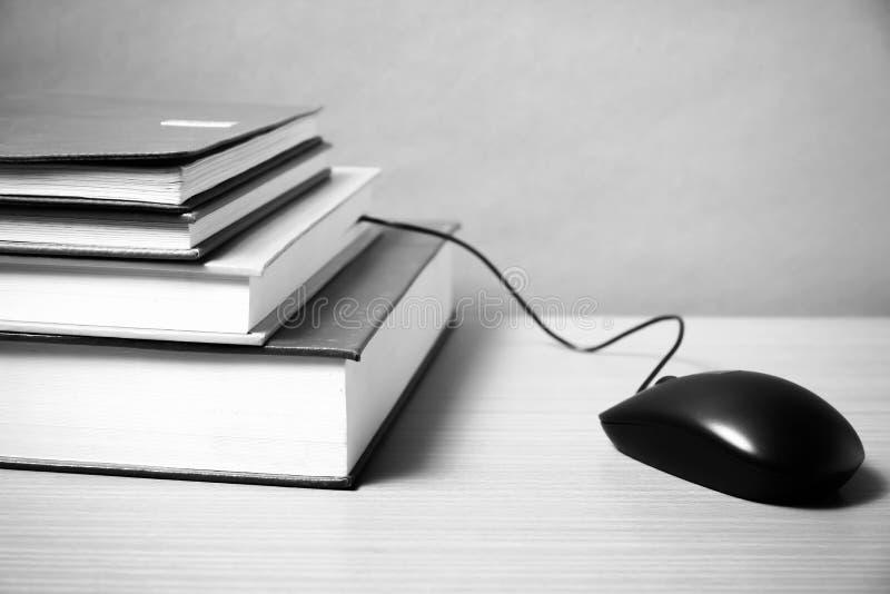 A cor preto e branco do rato do livro e do computador tonifica o estilo imagens de stock royalty free