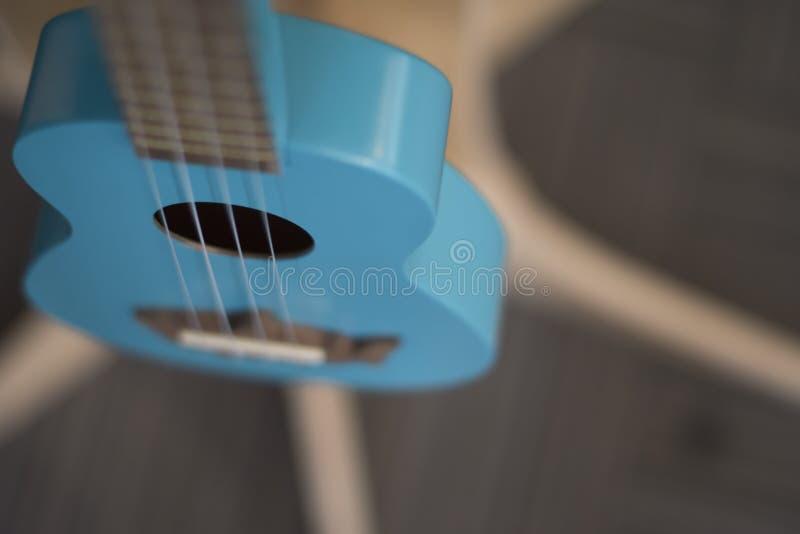 A cor sadia e azul da guitarra imagens de stock royalty free