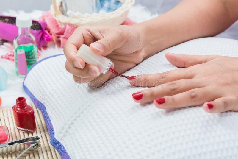 Cor vermelha da pintura do prego do tratamento de mãos imagens de stock