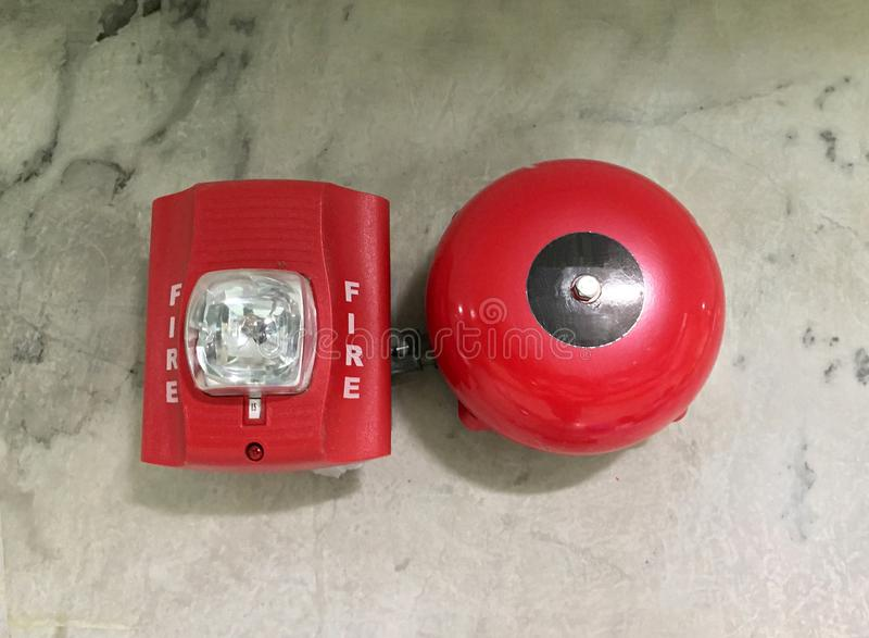 Cor vermelha do alarme de incêndio na parede de mármore fotografia de stock