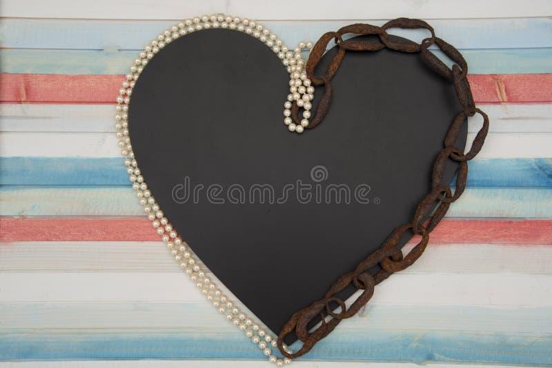 Coração acorrentado com pérolas foto de stock