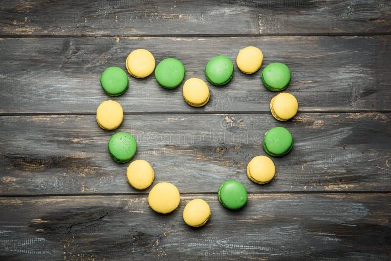 Coração apresentado dos bolinhos de amêndoa na tabela de madeira Declaração romântica do amor Dia do `s do Valentim foto de stock royalty free