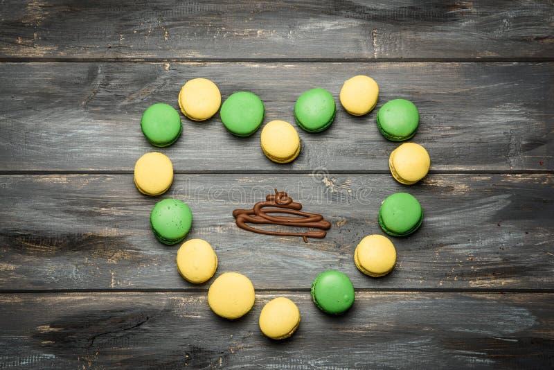 Coração apresentado dos bolinhos de amêndoa na tabela de madeira Declaração romântica do amor Dia do `s do Valentim imagens de stock royalty free