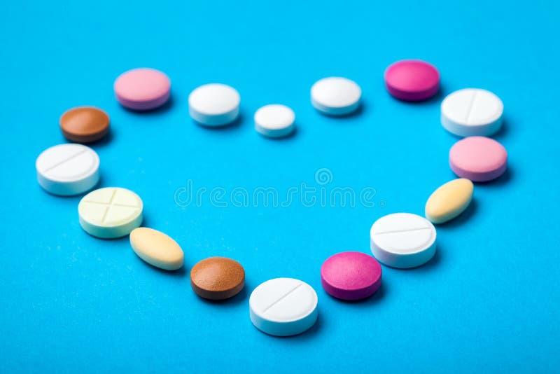 Coração apresentado dos comprimidos foto de stock