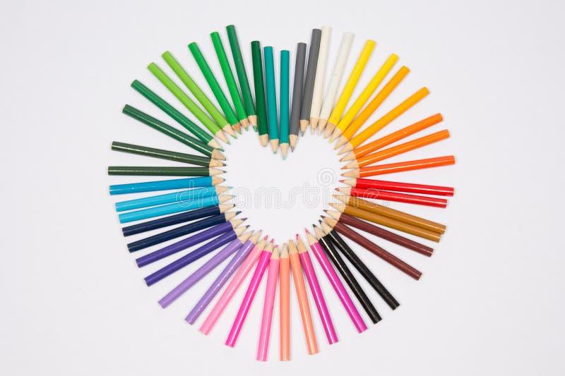 coração bonito criado com os lápis coloridos fotografia de stock