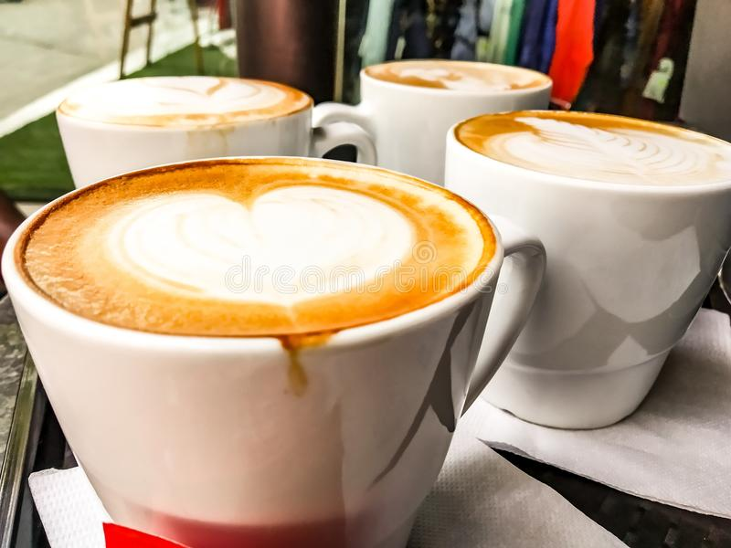 Coração bonito do cappuccinocappuccino da manhã do copo de café foto de stock royalty free