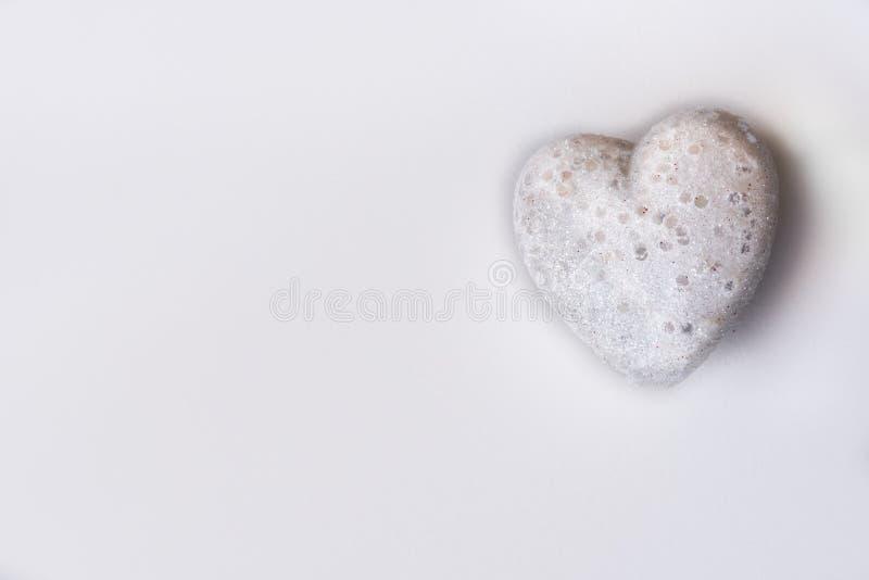 Coração branco do brilho em um fundo branco Textured imagem de stock
