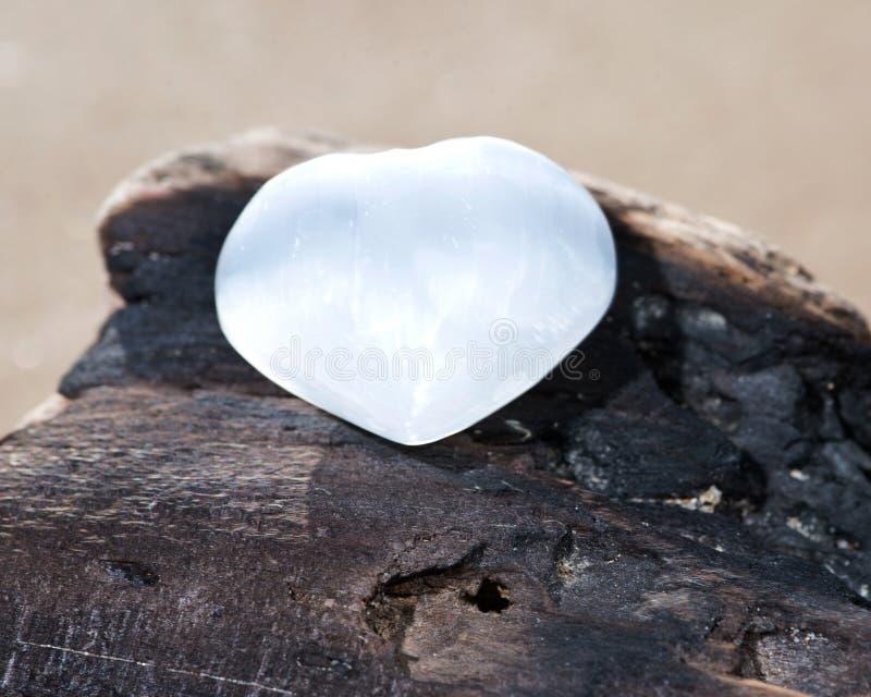 Coração branco do selenito de Marrocos na praia imagem de stock