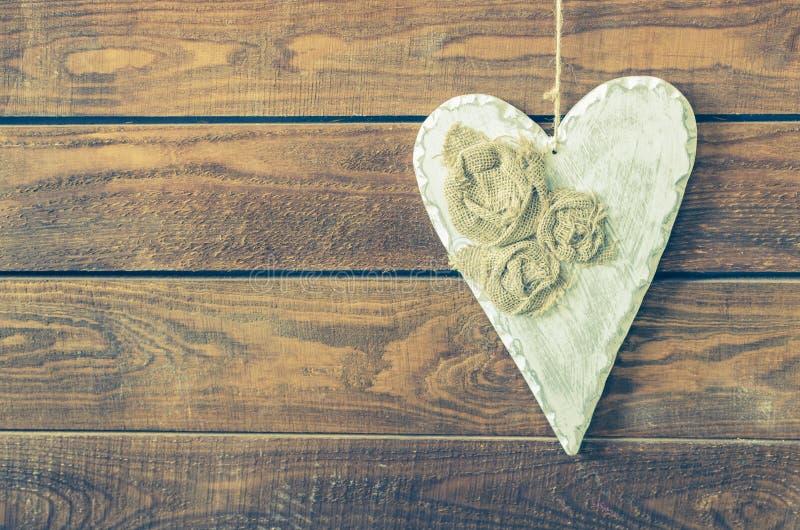 Coração branco em um fundo de madeira rústico imagens de stock