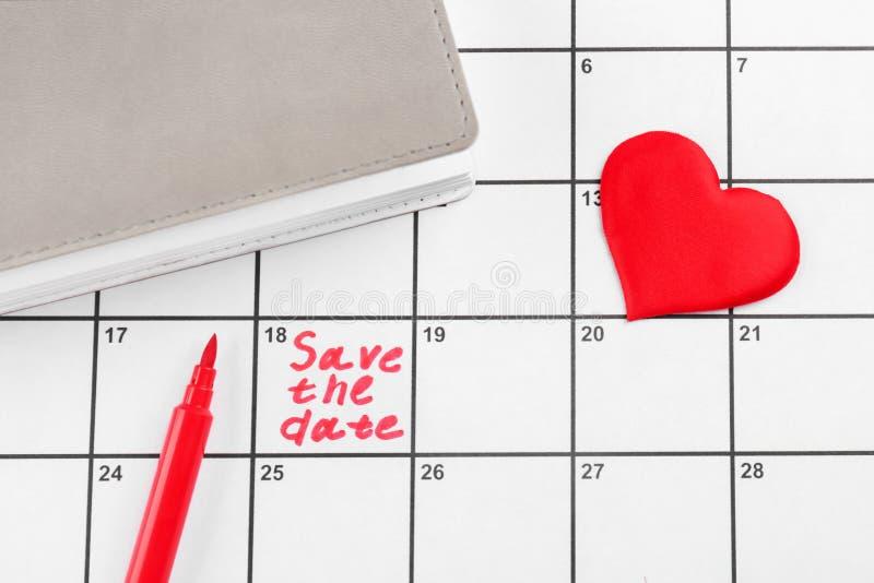 """Coração, caderno e frase \ """"economias a data \"""" escrito no calendário fotografia de stock"""
