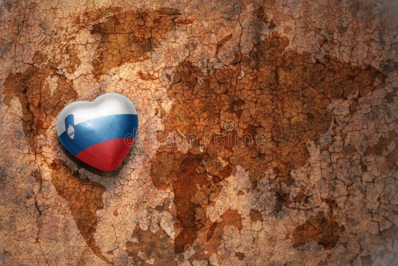 Coração com a bandeira nacional de slovenia em um fundo do papel da quebra do mapa do mundo do vintage ilustração do vetor