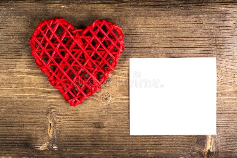 Coração com memorando no fundo de madeira Conceito do amor do casamento imagens de stock royalty free