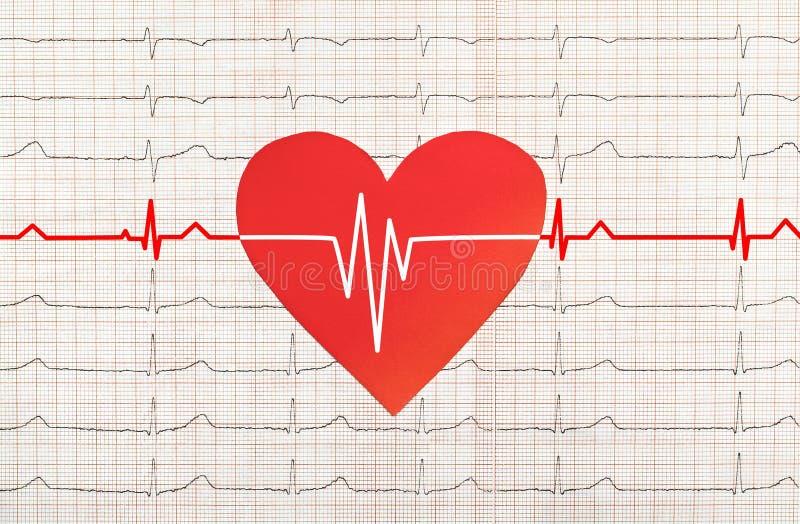 Coração com teste do eletrocardiograma no fundo, imagem de stock