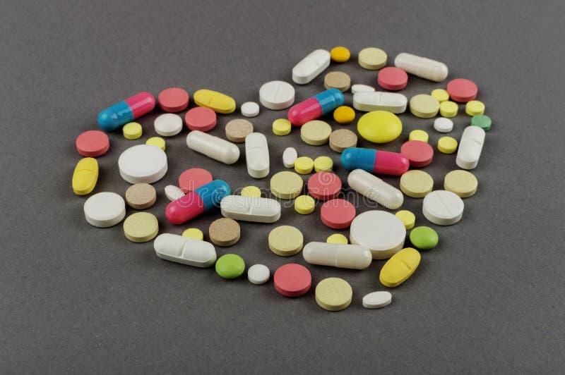 Coração criado dos comprimidos coloridos Conceito MÉDICO foto de stock royalty free