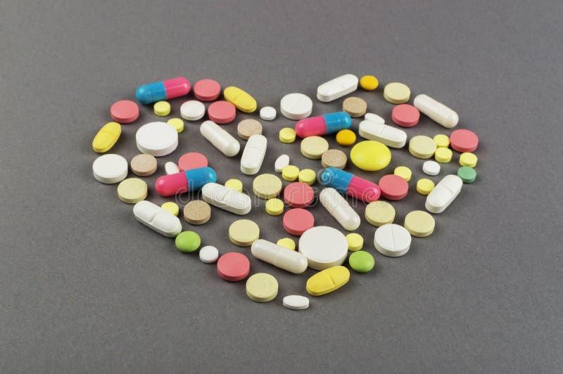 Coração criado dos comprimidos coloridos Conceito MÉDICO fotografia de stock