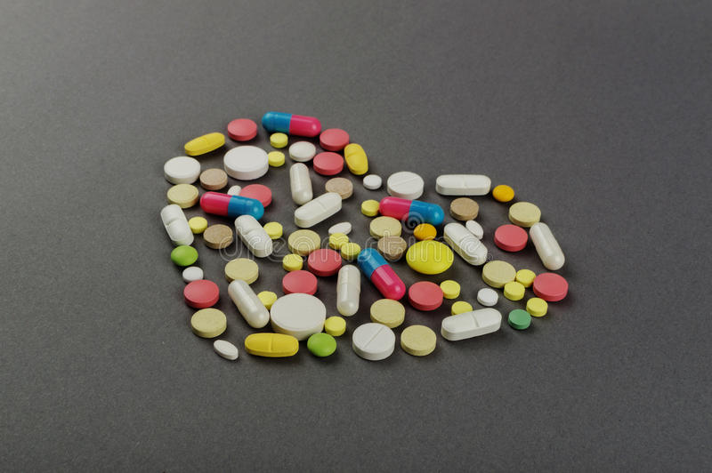 Coração criado dos comprimidos coloridos Conceito MÉDICO fotografia de stock royalty free