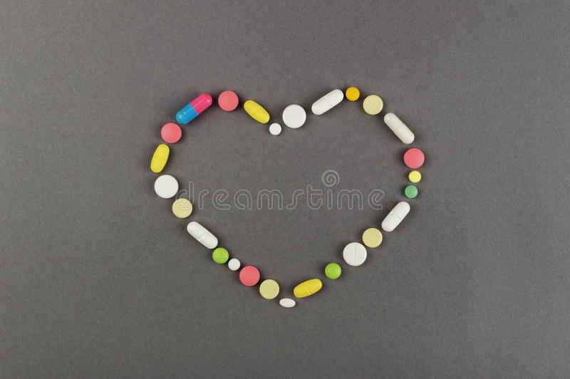 Coração criado dos comprimidos coloridos Conceito MÉDICO imagens de stock