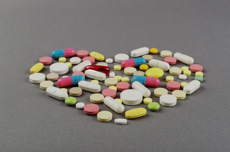 Coração criado dos comprimidos coloridos Conceito MÉDICO fotos de stock