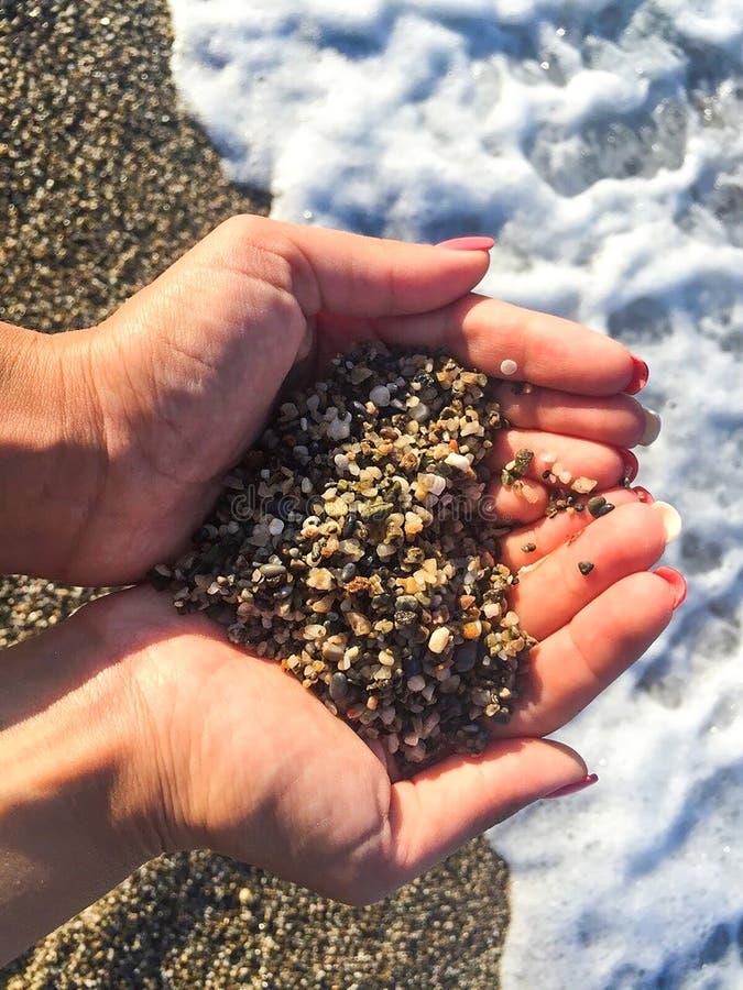Coração da areia nas mãos fotografia de stock