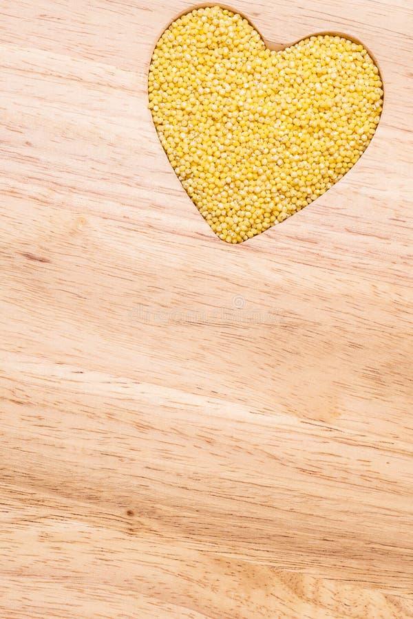 Coração da aveia em flocos do painço dado forma imagem de stock royalty free