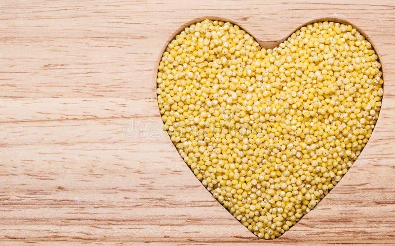 Coração da aveia em flocos do painço dado forma foto de stock royalty free
