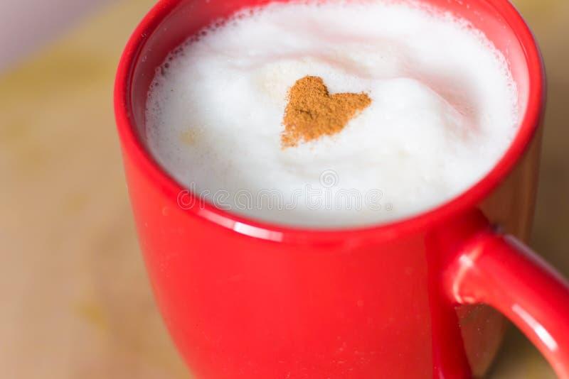 Coração da canela na parte superior de um latte fotografia de stock