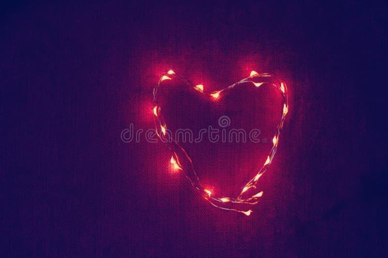 Coração da festão feito de luzes de incandescência fotos de stock royalty free